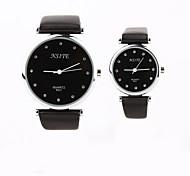 Недорогие -черный корпус персональный подарок новый стиль пары PU leatherband Кварцевые аналоговые наручные выгравированы часы